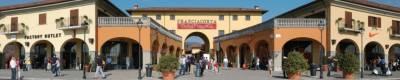 L'ingresso del Franciacorta Outlet Village di Rodengo Saiano, in provincia di Brescia - Clicca per ingrandire