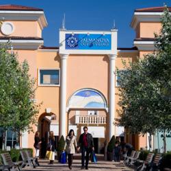 L'entrata di Palmanova Outlet Village, la cittadella del risparmio friulana che sabato 13 e domenica 14 novembre 2010 opsiterà grandi personaggi del mondo dello sport.