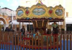 La giostra dei cavalli a disposizione dei piccoli visitatori di Palmanova Outlet Village, dal 17 ottobre all'8 novembre 2009.